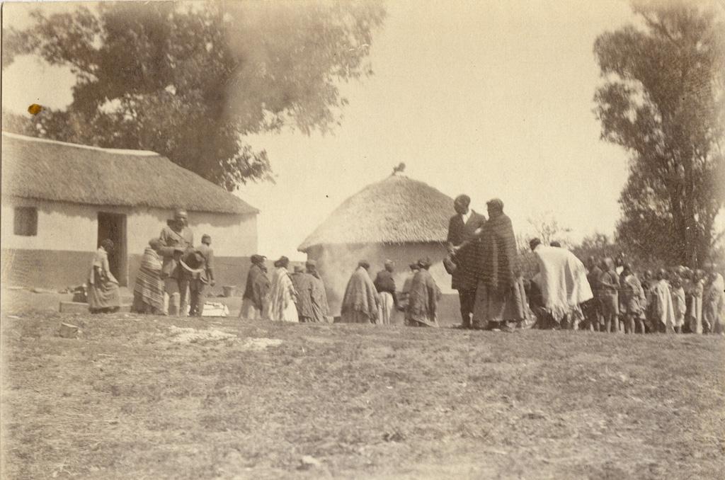 Village des instituteurs, départ du domicile mortuaire. Un peu à droite, 1er plan : Ephrauin et Fabia