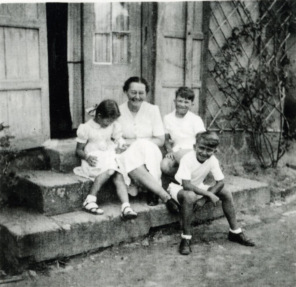 Violette Robert et ses trois enfants / non identifié (1945-04-01)