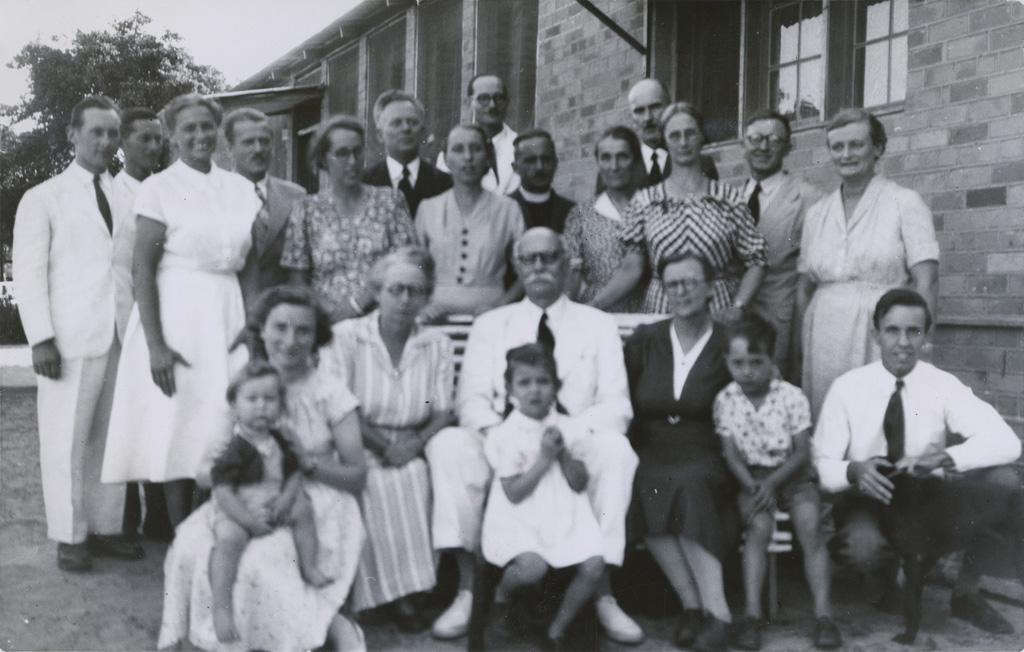 Visite de Marc Boegner à Séfula entouré d'une partie des missionnaires, 1952