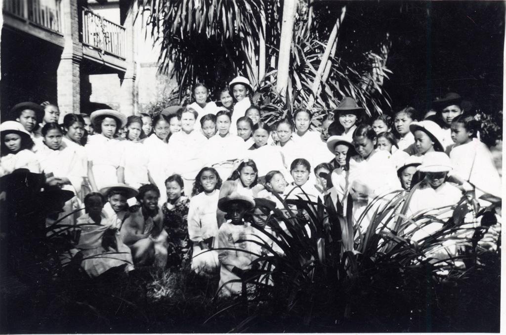 Visite de l'école ménagère de Tananarive / Hélène Fournier (1945/1960)