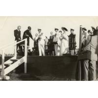Visite royale : Mr R.S. Hudson (1), Imwiko (2), Sir John Waddington (3) [Avec la reine Elisabeth]
