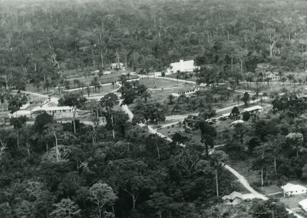Vue aérienne de Libamba, bâtiments principaux et chapelle
