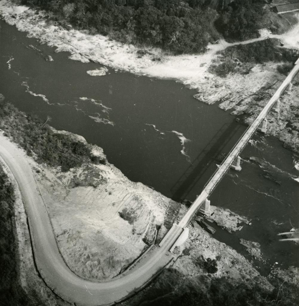 Vue aérienne du pont de Kikot sur le Sanaga