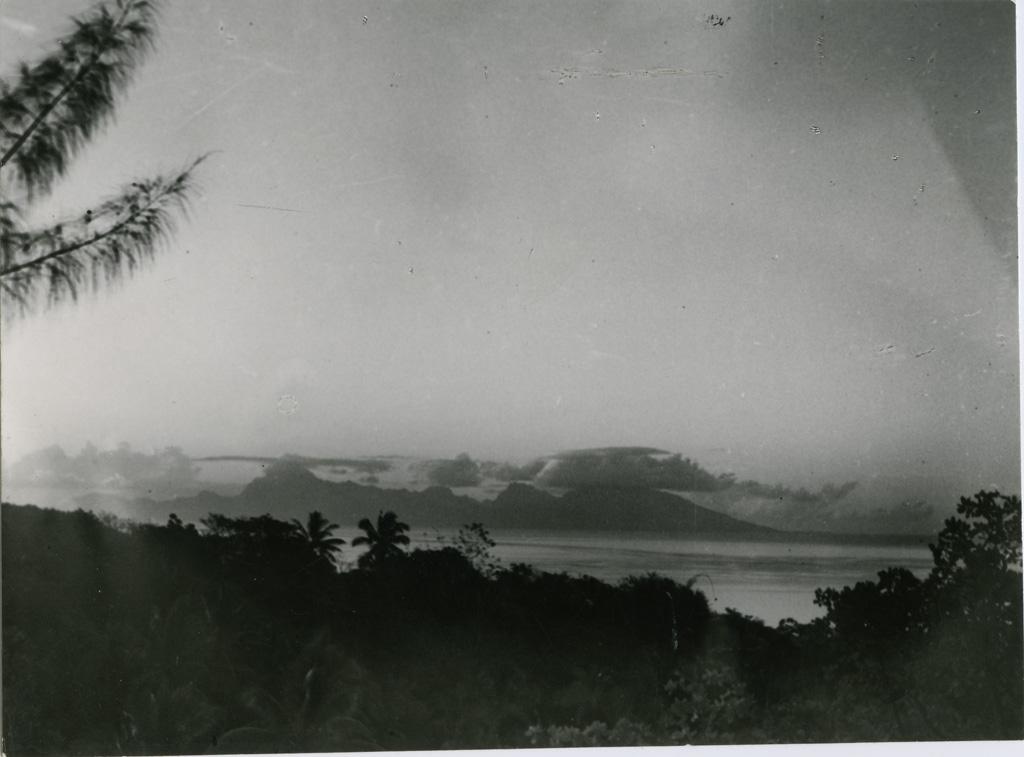 Vue de Moorea, depuis Tahiti, le soir