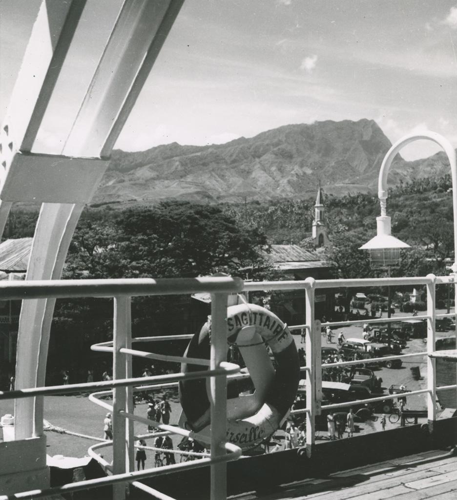 [Vue de Papeete depuis le bastingage d'un paquebot]