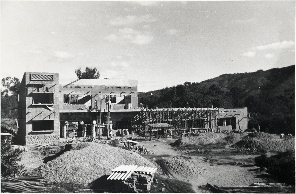 Vue générale de la construction de l'école de filles, état d'avancement des travaux