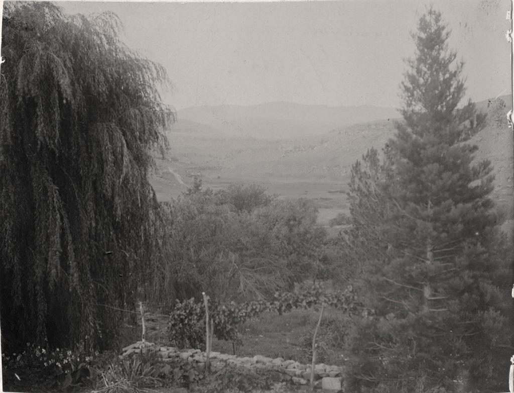 Vue prise de la véranda de Mafube côté nord-est, au tournant des montagnes court la frontière entre le Lessouto et le Griqualand