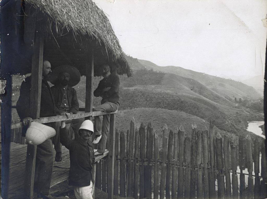 Vue prise du haut du vieux Rova (poste fortifié malgache) d'Anosibé