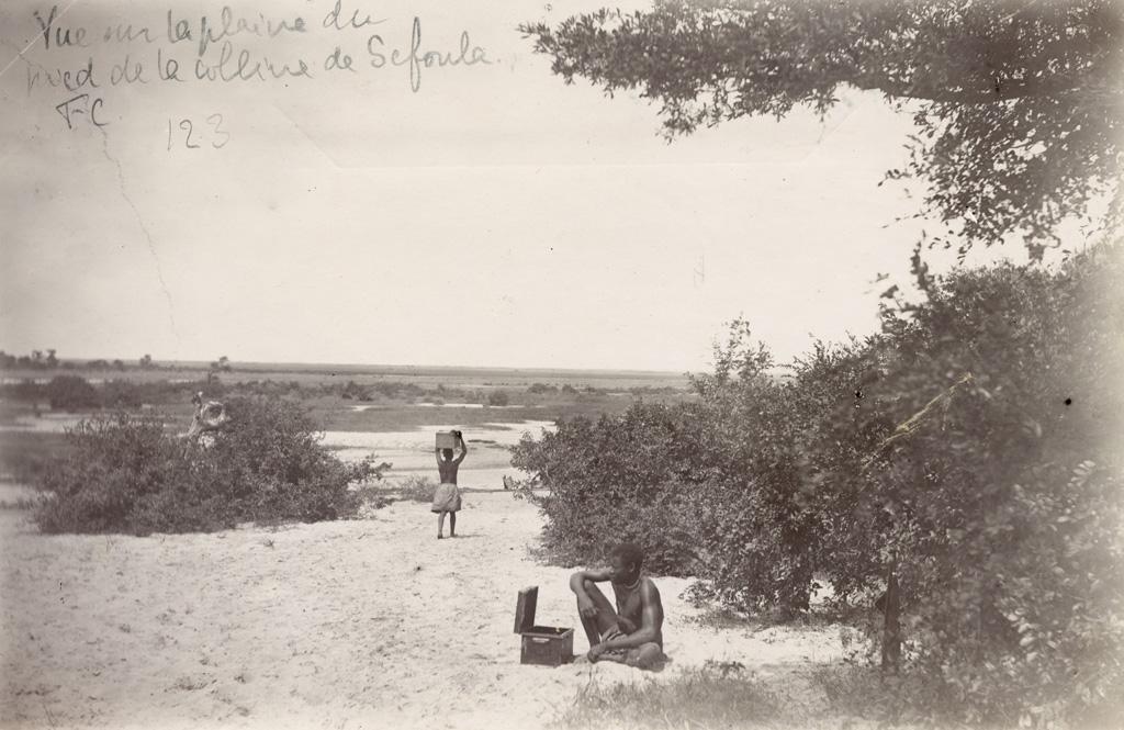 Vue sur la plaine au pied de la colline de Sefula