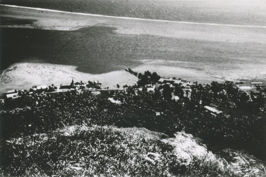 Vue sur le village d'Uturoa et sur le lagon, depuis les hauteurs de l'île Raiatea