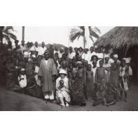 Yvonne de Ville d'Avray avec un catéchiste et sa famille, à l'annexe de Mfeyet