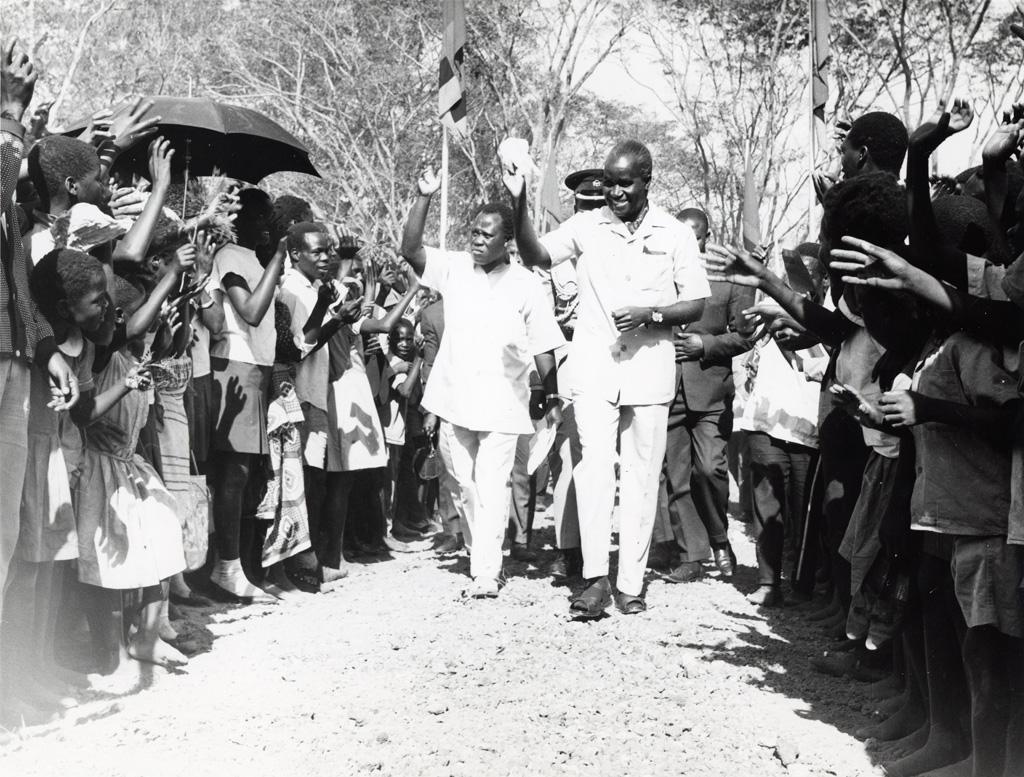 président Kaunda arrive à Kasama où il s'est adressé à la foule. Avec lui à gauche, le ministre d'Etat pour la province du Nord, M. Sakubita