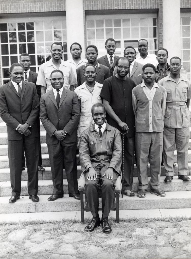 président Kenneth Kaunda de Zambie avec le vice-président et les ministres de son cabinet