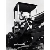 travailleur élargit la nouvelle route de Batoka-Sinazongwe afin de donner plus de place pour les camions de houille de Nkandabwe, voie de garage de Batoka où on charge le charbon sur des wago
