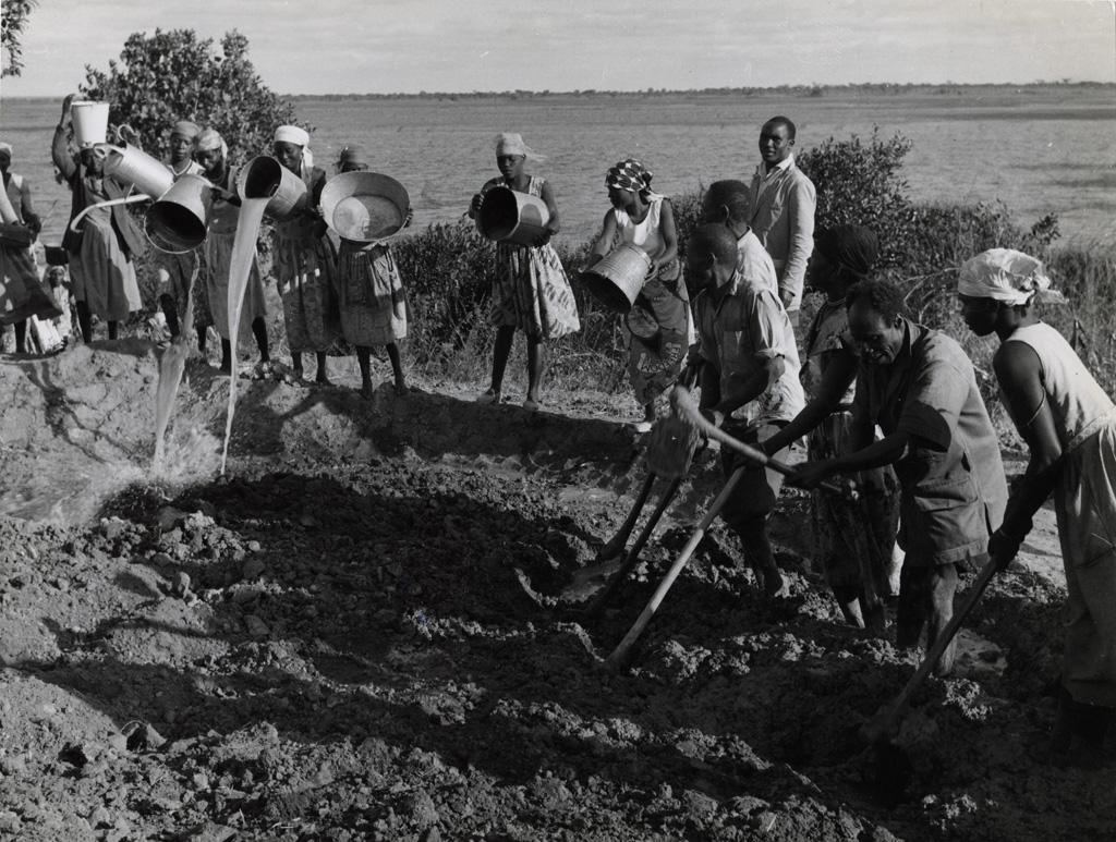 village de 30 maisons est l'objectif de constructeurs de nalubi dans le district de serenga de la Province Centrale. Hommes, femmes et enfants travaillent côte à côte en préparant la glaise p